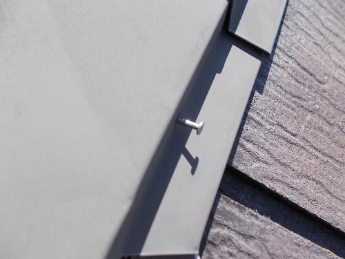 棟板金の釘が飛び出ています