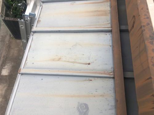 下屋根の軒先から塗膜が剝がれている