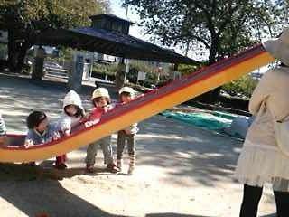 お天気の良い日は元気いっぱい公園で遊ぼう。楽しい事考えた〜!!