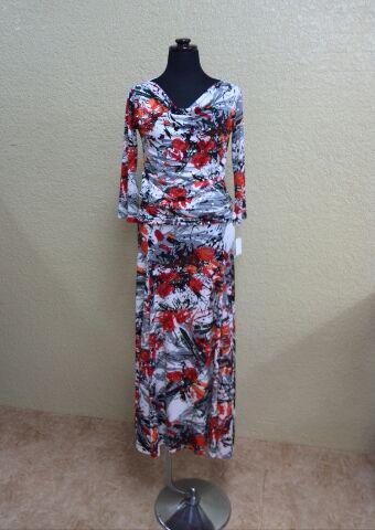 黒、赤、オレンジ、白などの幾何学模様のトップスとスカート
