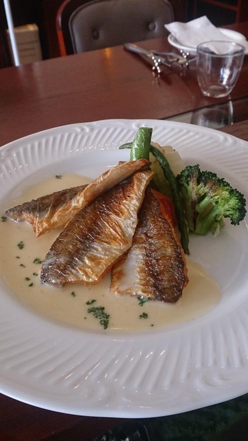 ランチの魚料理は伊勢直送カマスのポワレ、ブールブランソース