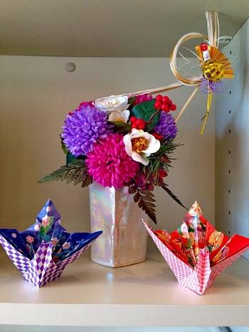 真珠色に輝くラスター釉の花瓶とお正月の花が見事にマッチ。