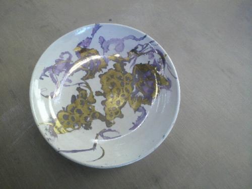 金を使って彩色された皿。ブドウの絵付けが素敵です。