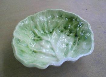 春キャベツの器が焼き上がりました。真っ白な磁器の粘土で制作