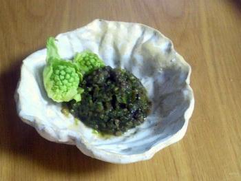 フキノトウとふき味噌を、キャベツの小鉢に盛り付けてみました。