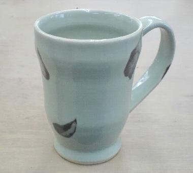 とび青磁のマグカップ。ヒスイ色に焦げ茶色のアクセントが、。