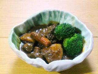 キャベツの葉の中鉢に盛り付けられた料理がおいしそう。