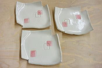 白地にピンクの柄が素敵な銘々皿です。