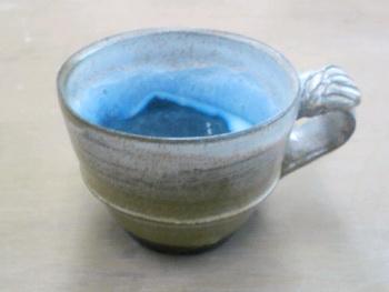 グレーのコーヒーカップの中は鮮やかなエメラルドグリーン。