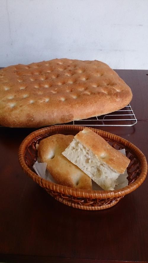 パンは自家製フォカッチャ