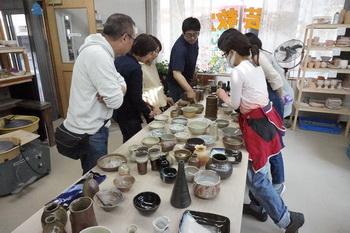 登り窯で焼いた作品を、国立の教室に持ち帰りゆっくり観賞。