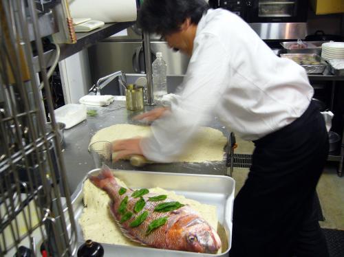 「真鯛の岩塩包み焼き」などパーティー時のシェフ特別料理!