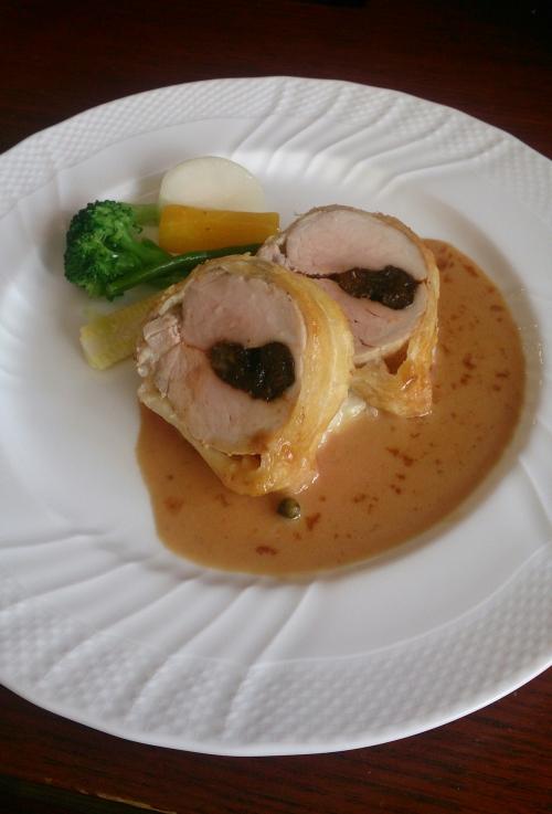 ランチの肉料理より、豚ヒレ肉のプルーン詰めパイ包み焼き