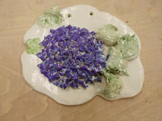 アジサイの壁掛け。紫色の釉薬で彩色されたものです。