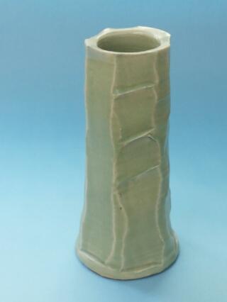 電動ろくろで制作した筒形の花ビ瓶。3ヶ所面取りしました。
