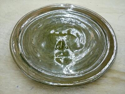 スギちゃん作の大皿、昨年突然訪れて電動ろくろで制作しました。