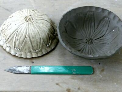 コスモスの花の石膏型が完成、早速、粘土を押し付けて、、。