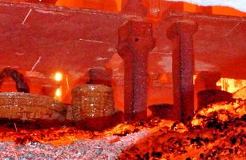 焼成直後の登り窯の内部。自然釉の流れが見て取れます。
