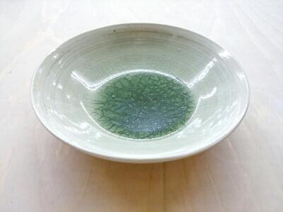 お皿の中に水溜り。緑色のビードロ釉が魅力的です。