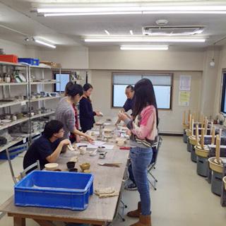 一橋大学の留学生の陶芸実習〔2回目〕けんぼう窯で行いました。