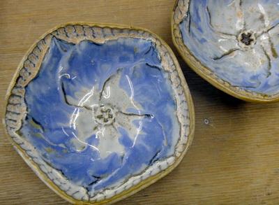 美しい絵画のような小鉢。ブルーの花が食卓をにぎやかに。