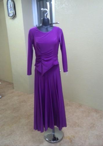 シンプルな赤紫のワンピースドレス