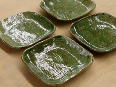 陶芸教室 東京 国立けんぼう窯 刷毛目のお皿に織部釉を掛けて