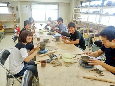 国立けんぼう窯の陶芸体験に大学生の団体が見えました。