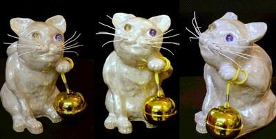 ラスターで彩色された招き猫。まるでパールのような輝きが。