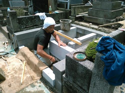 「A」様墓地、据付け中