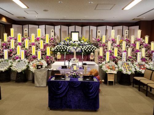 所沢斎場。たくさんのお花に囲まれてのお葬式