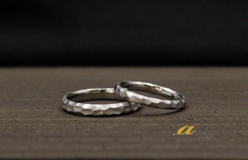 流行の槌目風の凹凸のある結婚指輪