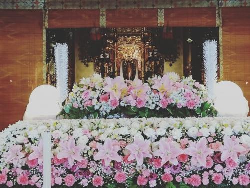 お寺の本堂にてのお別れです