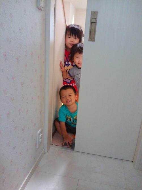 好奇心旺盛、興味いっぱい!先生がトイレに!へへへへ…