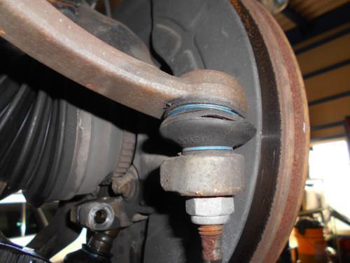 ボルボ8B系のステリングギヤタイロッドエンドブーツ切れで取替