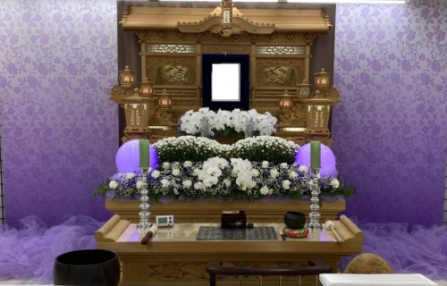 茅ヶ崎 里山会館で白木祭壇と生花を合わせた祭壇で1日葬式です