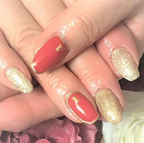 赤とゴールドでまとめる華やかでかっこいいネイル