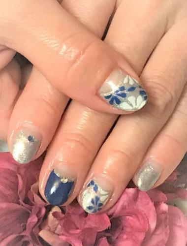 ネイビーとブルーラメで落ちついた花柄ネイル
