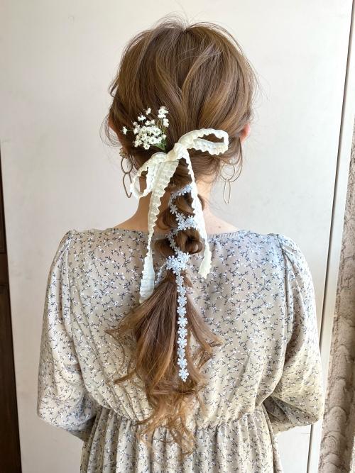 編みおろしスタイル リボンアレンジヘア かすみ草